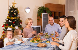 Weihnachtsfeier im Busen der Familie stockfotos