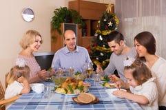Weihnachtsfeier im Busen der Familie lizenzfreies stockfoto