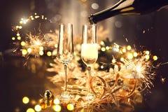 Weihnachtsfeier mit Champagner Feiertag verzierte Tabelle stockfotografie