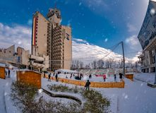 Weihnachtsfeiertag auf der Eisbahn im Freien, Satu Mare-Stadt stockbild