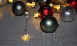 Weihnachtsfeiertag orientiert sich eingewickelt in den kleinen Sternlichtern lizenzfreie stockfotografie