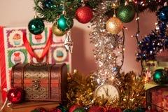 Weihnachtsfeiertag rotes, grünes, gelbes und silbernes Dekoration hangi Lizenzfreie Stockfotografie