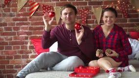 Weihnachtsfeiertage ist- die perfekte Zeit sich zu entspannen und zu sprechen stock video footage