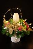 Weihnachtsfeiertags-Mittelstückdekor mit Tannenzweigen, goldenes Le Lizenzfreie Stockfotos