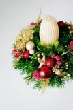 Weihnachtsfeiertags-Mittelstückdekor mit Tannenzweigen, goldenes Le Lizenzfreies Stockfoto