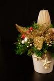 Weihnachtsfeiertags-Mittelstückdekor mit Tannenzweigen, goldenes Le Stockfotos