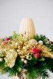 Weihnachtsfeiertags-Mittelstückdekor mit Tannenzweigen, goldenes Le Lizenzfreie Stockbilder