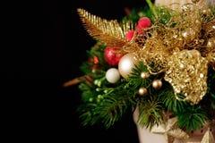Weihnachtsfeiertags-Mittelstückdekor mit Tannenzweigen, goldenes Le Stockbild