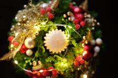 Weihnachtsfeiertags-Mittelstückdekor mit Tannenzweigen, goldenes Le Stockfotografie