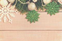 Weihnachtsfeiertagsdekor Feld verzierte Goldkugeln, Tannenzweig Lizenzfreie Stockbilder