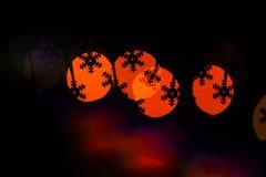 Weihnachtsfeiertagsdekoration mit Schattenbild der Schneeflocke Lichter der bunten Girlande verwischt als schöner Hintergrund Lizenzfreies Stockbild