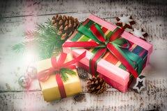 Weihnachtsfeiertagseinstellung mit Geschenken in den Kästen und in festlichem Dezember stockbild