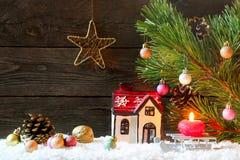 Weihnachtsfeiertagshintergrund mit einem Haus im Schnee, Weihnachten lizenzfreie stockfotografie