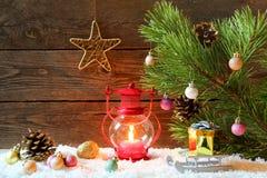 Weihnachtsfeiertagshintergrund mit einem Haus im Schnee, Weihnachten lizenzfreies stockbild