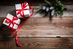 Weihnachtsfeiertagshintergrund mit Geschenken und Kopienraum Stockfoto