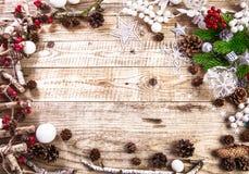 Weihnachtsfeiertagshintergrund mit grüßenden pinecone Bällen Stockfotografie