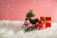 Weihnachtsfeiertagshintergrund mit Sankt und Dekorationen Weihnachtslandschaft mit Geschenken und Schnee Frohe Weihnachten und gl lizenzfreie stockfotografie