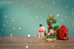 Weihnachtsfeiertagshintergrund mit Sankt und Dekorationen Weihnachtslandschaft mit Geschenken und Schnee Frohe Weihnachten und gl Stockbild