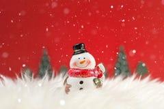 Weihnachtsfeiertagshintergrund mit Sankt und Dekorationen Weihnachtslandschaft mit Geschenken und Schnee Frohe Weihnachten und gl lizenzfreie stockbilder