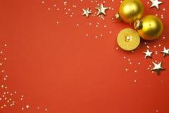 Weihnachtsfeiertagshintergrund mit Sternen, Kugeln Stockfotografie