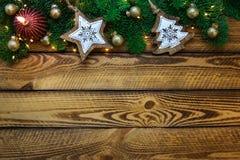 Weihnachtsfeiertagshintergrund mit Weihnachtsbaumgrün verzweigt sich und rote Kerze Lizenzfreies Stockfoto