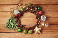 Weihnachtsfeiertagshintergrund mit Weihnachtskranz und -dekorationen Lizenzfreies Stockfoto