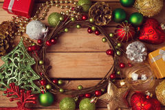 Weihnachtsfeiertagshintergrund mit Weihnachtskranz und -dekorationen lizenzfreie stockbilder