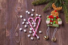 Weihnachtsfeiertagszusammensetzung auf braunem hölzernem Hintergrund mit Kopienraum für Ihren Text Stockbild