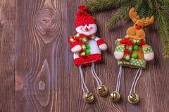 Weihnachtsfeiertagszusammensetzung auf braunem hölzernem Hintergrund mit Kopienraum für Ihren Text Stockbilder