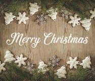 Weihnachtsfeiertagszusammensetzung auf hölzernem Hintergrund mit Aufschrift frohen Weihnachten Sankt Klaus, Himmel, Frost, Beutel lizenzfreies stockfoto