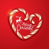 Weihnachtsfeld in der Zuckerstange-Herzform auf rotem Hintergrund Lizenzfreies Stockbild
