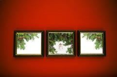 Weihnachtsfelder auf roter Wand Stockbild