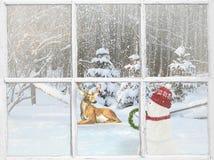 Weihnachtsfenster mit Schneemann und Rotwild Stockfotografie