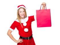 Weihnachtsfest, das Mädchen mit Einkaufstasche kleidet Stockfoto