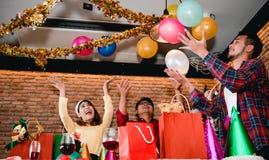 Weihnachtsfest Drei recht reizvolle Mädchen, die Weihnachtsmann-, Katze- und Häschenkleidung tragen Stockbilder