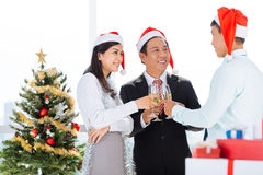 Weihnachtsfest Drei recht reizvolle Mädchen, die Weihnachtsmann-, Katze- und Häschenkleidung tragen Lizenzfreie Stockbilder