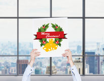 Weihnachtsfest Drei recht reizvolle Mädchen, die Weihnachtsmann-, Katze- und Häschenkleidung tragen Stockfotografie