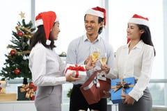 Weihnachtsfest Drei recht reizvolle Mädchen, die Weihnachtsmann-, Katze- und Häschenkleidung tragen Lizenzfreie Stockfotos