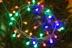 Weihnachtsfestliche Dekoration von Tannenzweigen, Girlande Lizenzfreie Stockfotos
