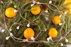 Weihnachtsfestliche Dekoration von Tannenzweigen, Girlande Lizenzfreie Stockfotografie
