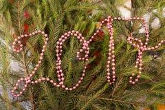 Weihnachtsfestliche Dekoration von Tannenzweigen, Perlen Stockfotografie