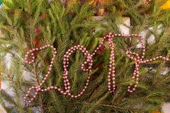 Weihnachtsfestliche Dekoration von Tannenzweigen, Perlen Lizenzfreie Stockbilder