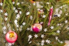 Weihnachtsfestliche Dekoration von Tannenzweigen, Schneeflocken, Weihnachtsbaumdekorationen Stockfotografie