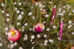 Weihnachtsfestliche Dekoration von Tannenzweigen, Schneeflocken, Weihnachtsbaumdekorationen Lizenzfreies Stockfoto