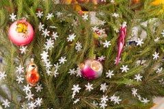Weihnachtsfestliche Dekoration von Tannenzweigen, Schneeflocken, Weihnachtsbaumdekorationen Stockbild
