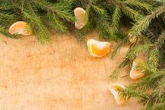 Weihnachtsfestliche Dekoration von Tannenzweigen, Tangerinen Lizenzfreies Stockfoto