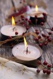 Weihnachtsfestliche Kerzen mit Weihnachtskugeln Stockfotografie
