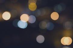 Weihnachtsfestlicher abstrakter Feiertagshintergrund mit bokeh defocused Lichtern und Sternen Stockfotos