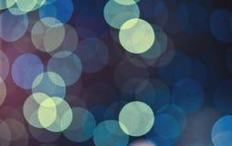 Weihnachtsfestlicher abstrakter Feiertagshintergrund mit bokeh defocused Lichtern und Sternen Stockfoto