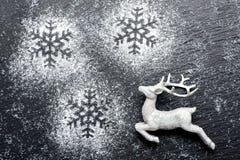 Weihnachtsfestlicher Hintergrund mit weißen Rotwild Stockfotos